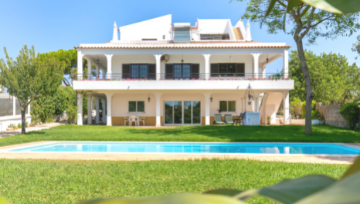 Property of the Week | Traditional Villa in Alvor! 🏡
